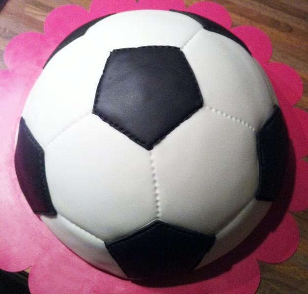 Voorbeeld halve voetbal gemaakt met sjabloon voor een voetbaltaart